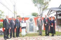 山口知事はじめ来賓の皆様と記念碑の前で